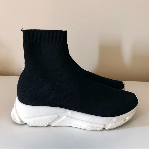 33d2ec54f4c Steve Madden Bitten Knit Sock Sneakers. M 5b68be9f25457a125d96e2ba